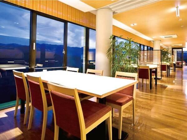 【食事会場】 青蓮寺湖を望むレストランで、美味しい会席料理に舌鼓