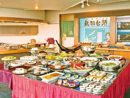 【夕食/例】鳥羽の離島の名物料理を集めた「鳥羽台所(とばきっちん)」が好評!また、トングをできるだけ使わないで済むように料理をあらかじめ小皿に盛り分けてあるなど、行き届いた配慮が嬉しい。