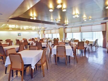 【食事会場】開放的な空間で、ゆったりとお食事を楽しめる。