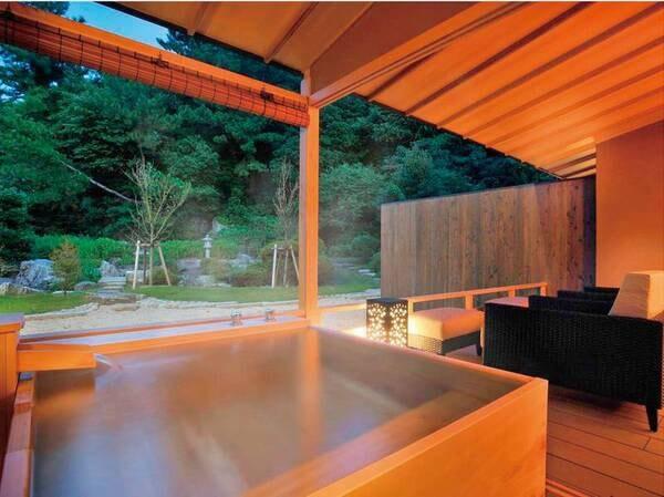 【プレミアムスイート63㎡/例】日本庭園を望む檜を使用した露天風呂で、優雅な一時をご堪能いただけます