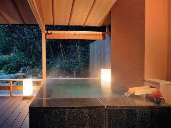【プレミアムスイート84㎡/例】プライベートな露天風呂とデッキテラスでは、心身ともにお寛ぎいただけます