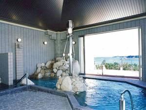 【大浴場/あさなぎの湯】広々とした浴槽からは的矢湾を望む