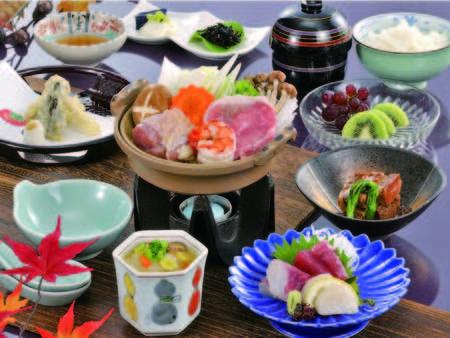 【夕食例】お造り・小鍋・揚物など季節折々の料理。量控えめのお手軽会席