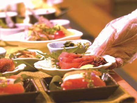 バイキング/接触感染防止のため、料理は小皿盛りで提供/お刺身例