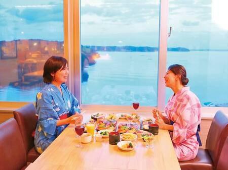 海の見える落ち着いたレストランで、楽しいひと時を
