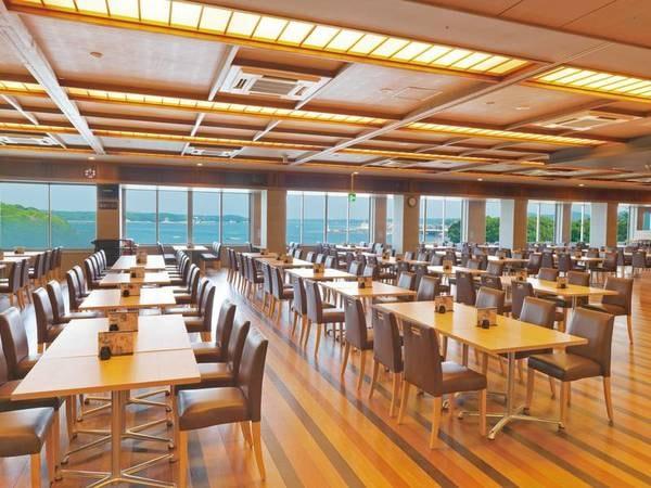 【食事会場】広々としたイス・テーブル席