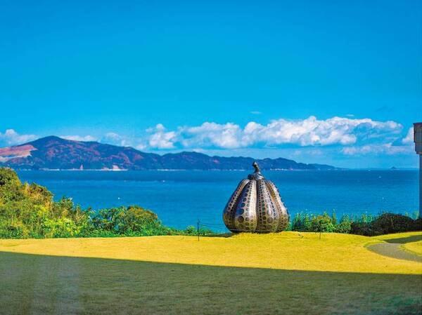 オーシャンビューとアートのコラボ景観をお楽しみください 草間彌生「南瓜」