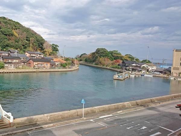 運河側和室(10畳)からの眺望/例 久里浜湾と日本海をつなぐエメラルドグリーン色の水路が望める
