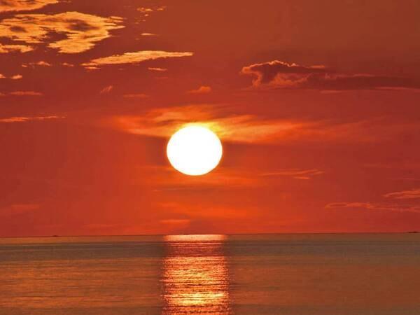 【夕日/例】 例年4月上旬から9月上旬、晴れた日は客室と露天風呂から海に沈む絶景夕日が眺められる