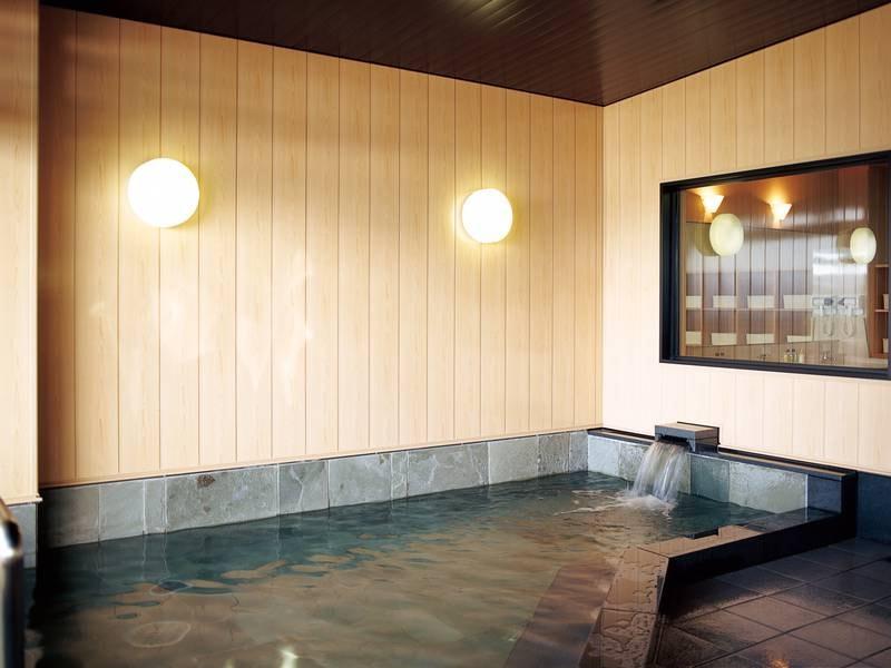 【大浴場】夕陽が浴室をオレンジに染める