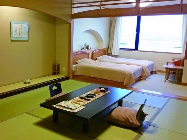 日本海の大パノラマを一望できる(檜風呂付客室例)