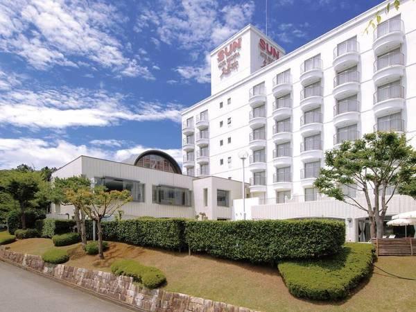外観 高台に佇むリゾートホテル。窓の外には開放感溢れる久美浜湾が。日にち限定でアップグレード客室への無料案内特典あり!
