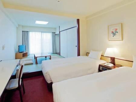 28平米のスタンダード和洋室。畳の間からは久美浜湾を望む(客室例)