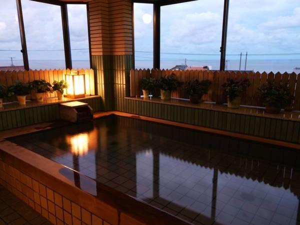 【大浴場】夜には海に広がる漁火の風景をお楽しみ頂けます