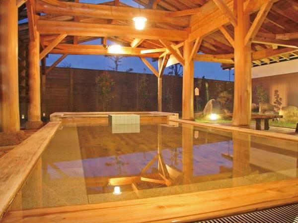 【ホテルロイヤルヒル福知山&スパ】解放感のある檜の広々とした露天風呂で旅の疲れを癒す。リーズナブルな料金設定でビジネスにも利用できる。朝食をつけることも可能(チェックイン時要申込。有料お一人1,300円)。