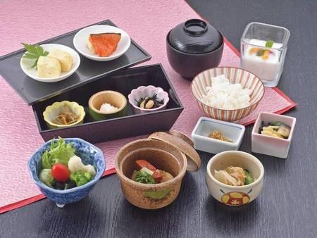 朝食はおばんざいをイメージさせる2段重でボリューム満点(写真はイメージです)