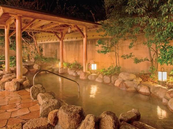 広々開放的な露天風呂(夜)