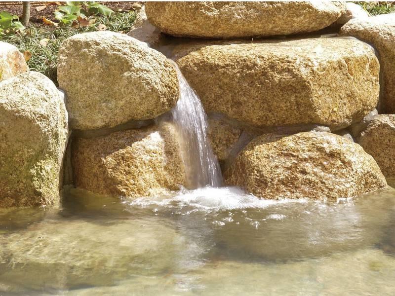 【湯口】泉質の異なる2種の源泉が湧き出す