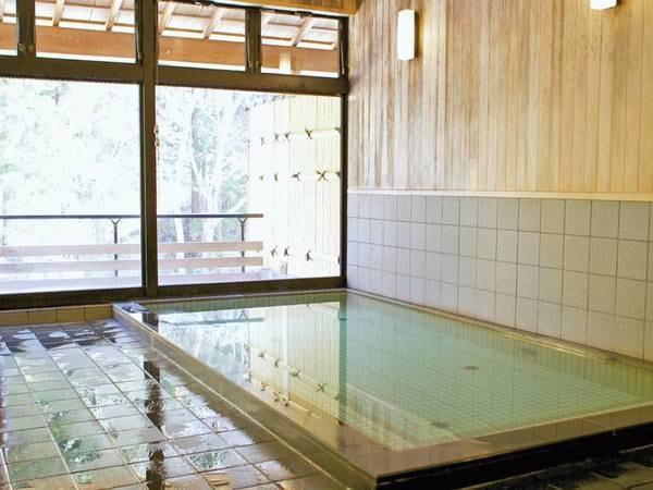 【男性大浴場/ふじきの湯】谷に流れる天然水を利用した人工ラジウムミネラル温泉