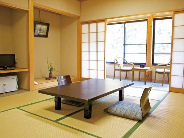 【和室/例】美山川を望む緑に囲まれた10畳和室へご案内