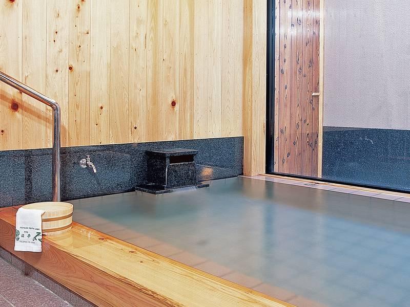 【つわぶきの湯】露天風呂付の浴場。木の香り、温もりに包まれながらゆっくりとお楽しみください