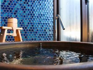 """【貸切風呂/天空 玉水の湯】京都府 綴喜(つづき)郡井出町、玉川の水を差すとも言われている玉水の町名から名づけられた""""玉水の湯""""に浸かり、京都の町を見下ろすのも一興です"""