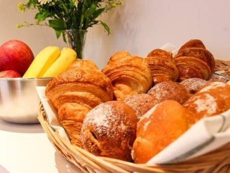 """【朝食一例】京都の名店""""Rauk""""より仕入れた本格ベーカリーをご用意しております。フレッシュコーヒーや紅茶、フルーツなどと合わせ、朝のひと時をお楽しみください"""