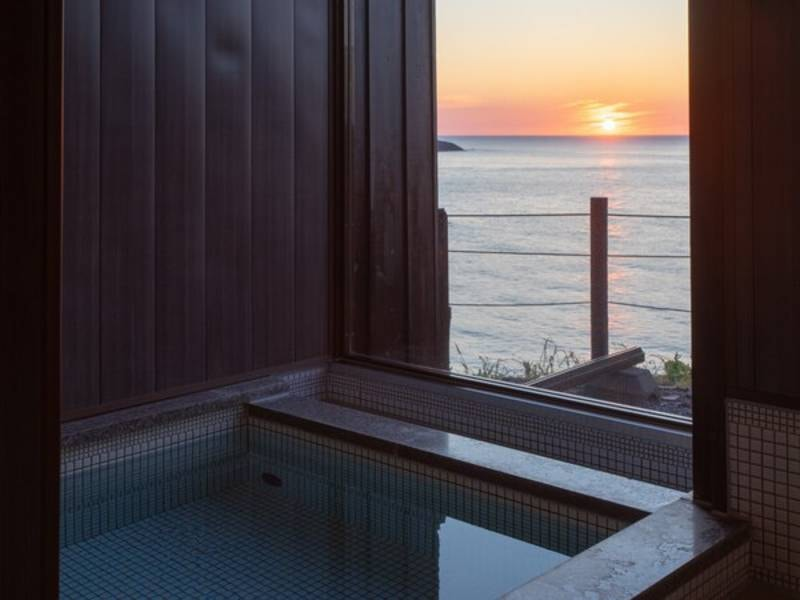 小さくこじんまりとしたお風呂ですが、海を眺めながら、潮騒を聞きながら・・・このひとときは格別なのです