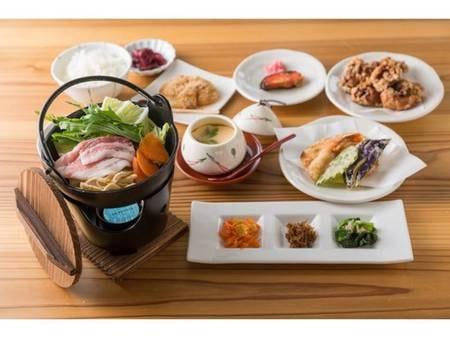 高島御膳/一例 夕食は地元高島の食材を活かしたお料理 味噌、醤油、酒粕、、、地元高島の発酵食材や有機肥料米、 地場産卵の茶わん蒸しなど、 高島をまるごと感じていただける内容です