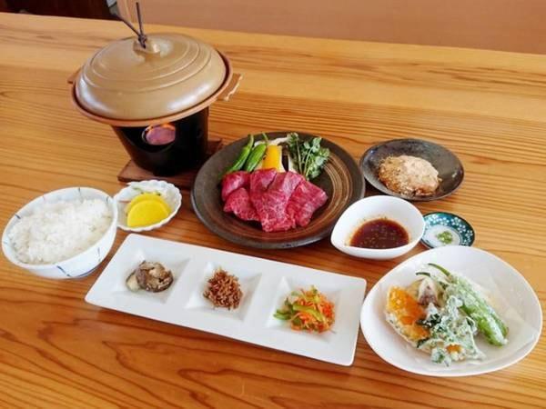 近江牛陶板焼御膳/一例 夕食は「近江牛陶板焼御膳」。近江牛を陶板焼でお好みに焼いていただきお召し上あがりいただける御膳です。老舗千成亭の近江牛を使用しています。