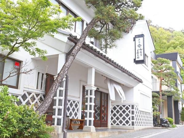 【外観】松本城より車で約15分、創業130年余りの老舗宿