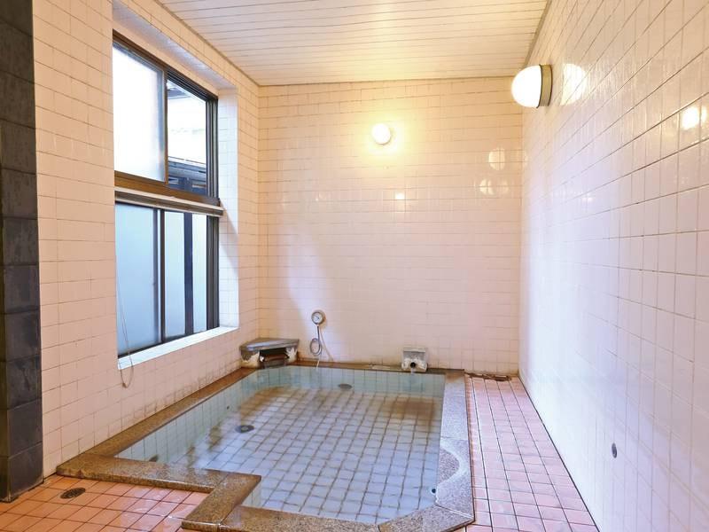 【男性用大浴場】モザイクタイル貼りのレトロな雰囲気でゆったり寛げる