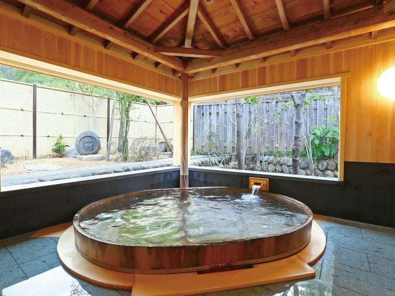 貸切風呂【木もれ日の湯】大きな檜の湯船につかってのんびり