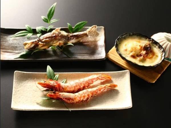 【夕食】「選べる焼き物」3種から選択可能。海老の塩焼・岩魚塩焼・茸と帆立のグラタン