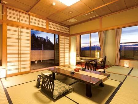 【新館13畳】諏訪大社下社の森に隣接する新館客室。造り庭も望める/例