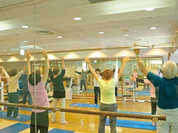 トレーニングジム。ホテル専属トレーナーによる運動教室も開催