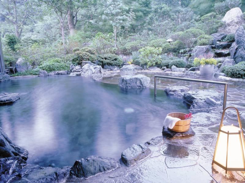 【露天風呂】渓流沿いの美しい自然を望む
