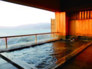 【展望露天風呂/新館7F】湯けむりの先に表情豊かな湖面が広がり、遠く北アルプスまでをも望む