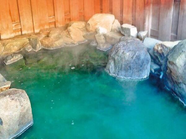【大浴場】湯色が乳白色や緑色に変化する名湯