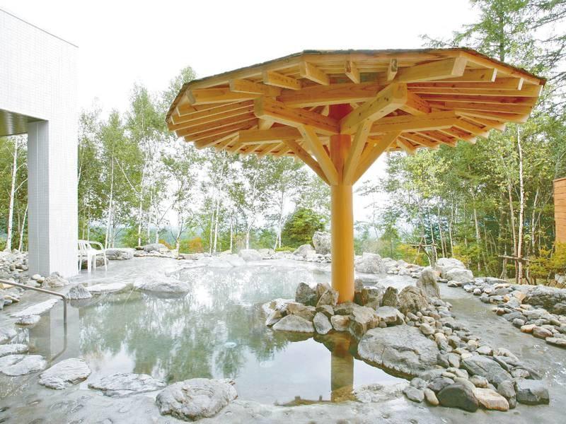 【露天風呂】昼は浅間山や松原湖高原の大自然、夜は佐久平の夜景と満天の星を眺めながら