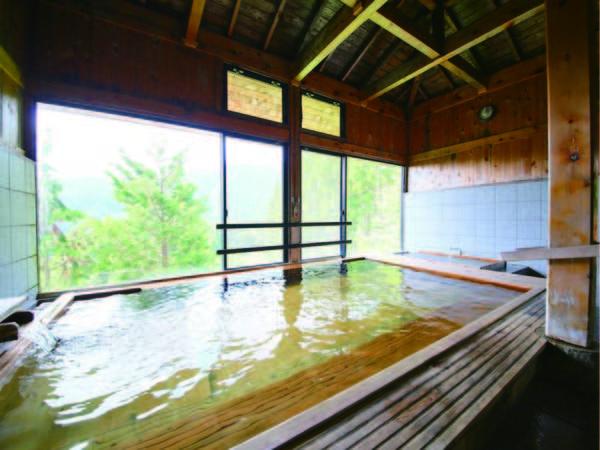【内風呂】開放的な空間で森の景観と名湯に身をゆだねる