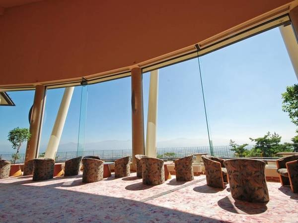 【ロビー】大きなガラス越しに景色が一望できる