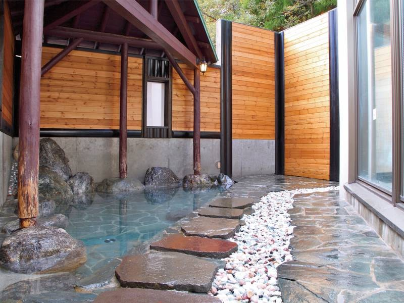 【露天風呂】開放的な湯船でのんびりと※屋根付