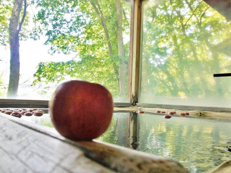 【初恋リンゴ風呂】10月から5月に開催!内湯の湯船に地元のりんごをプカプカと浮かべたお風呂