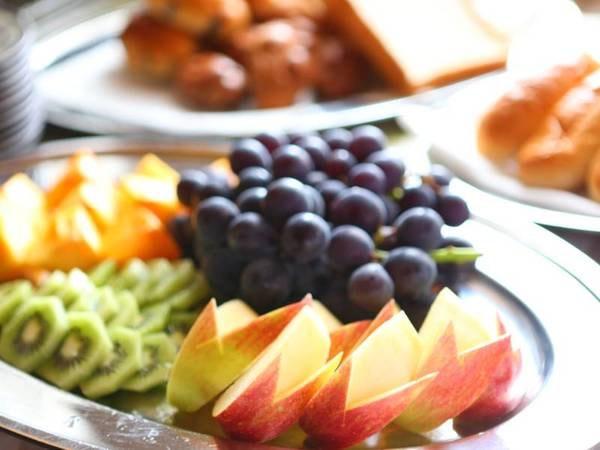 朝食バイキング一例/女性に人気の季節のフルーツ