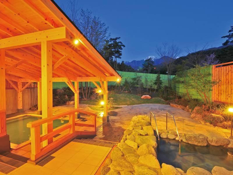 【大浴場/併設露天風呂】庭園風の露天風呂は広々とした造り