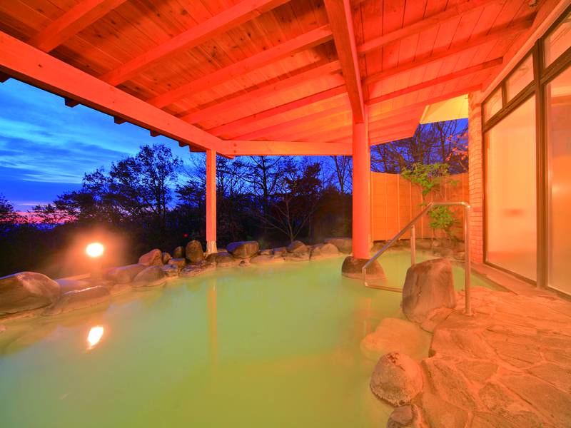 【露天風呂】那須温泉の源泉「鹿の湯」の湯を引く乳白色の露天風呂