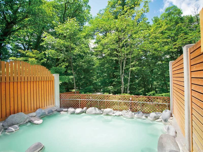 【温泉露天風呂 空ぶろ(そらぶろ)】10km離れた奥日光湯元から湧き出る豊富な湯をかけ流し