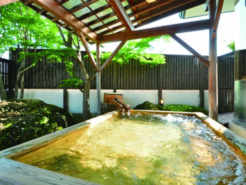 【露天風呂】檜の香り、目に映える自然に心も身体も癒される