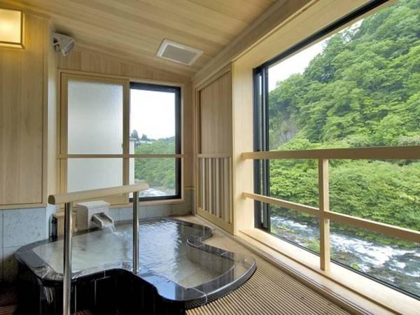 【金運の間「大判小判」】客室専用の川に面した小槌型の露天風呂
